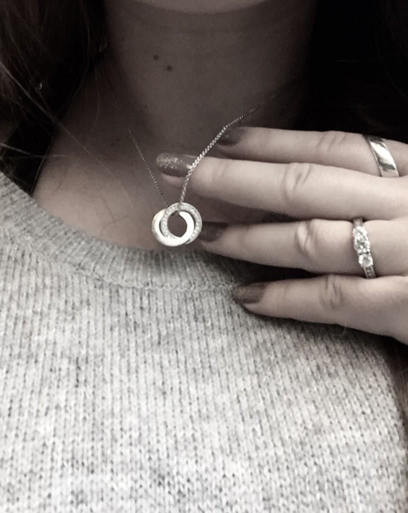 Min nye halskæde og på den fede ringfinger ses min ring :)
