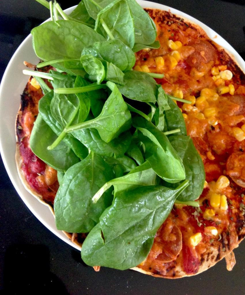 Efter en tur i ovnen skal der frisk spinat på tizza'en